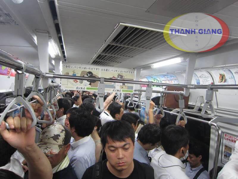 Du học Nhật Bản khóc cho một kiếp người - Những chuyến tàu chen nhau tại tokyo