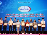 Thanh Giang tặng học bổng tại Lễ kỷ niệm 70 năm ngày truyền thống HS, SV và HSVVN tại Đắc Lắc
